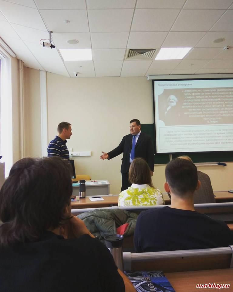 Александр Арский знакомит слушателей курсов с логистикой